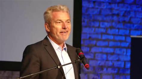 Wie viele seiner kollegen sieht auch er die ursache für überbehütung bei den eltern. Németország elbutul - Michael Winterhoff előadása - YouTube