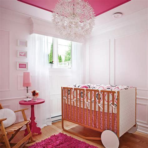 deco chambre fillette chambre de bébé magnifiée par les moulures décors d