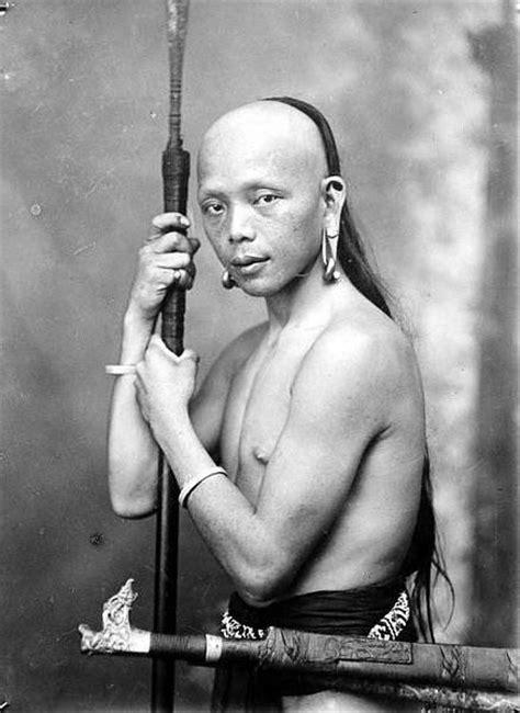 dayak pemburu kepala  head hunter  borneo