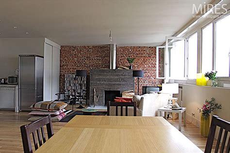 atelier cuisine cheminée moderne et mur de briques c0121 mires