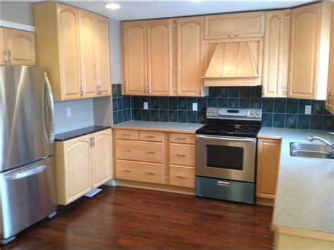 what color wood floor goes with oak cabinets honey oak cabinets what color floor roselawnlutheran