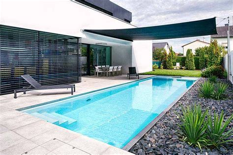 Sonnenschutz Für Den Garten by Schmaler Langer Pool Im Garten Mit Sonnensegel Ideen