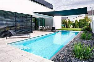 schmaler langer pool im garten mit sonnensegel ideen With französischer balkon mit was kostet ein swimmingpool im garten