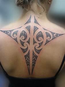 Frauen Rücken Tattoo : 49 maori tattoo ideen die wichtigsten symbole und ihre bedeutung ~ Frokenaadalensverden.com Haus und Dekorationen