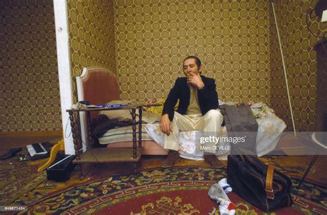 Un immigré dans un appartement de la cité de Montfermeil le 12... News Photo - Getty Images