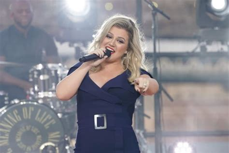 """Kelly Clarkson Performs """"Heat"""" - Macy's 4th of July"""