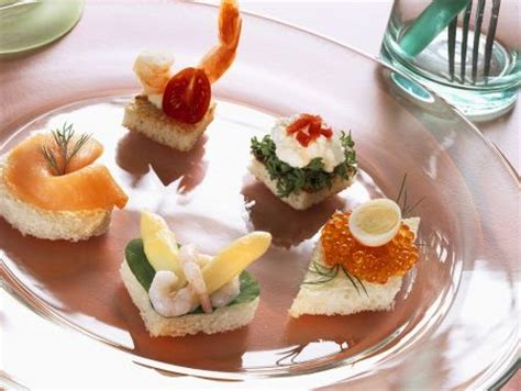 canape spread canapes mit lachs krabben kaviar und zwei croutons
