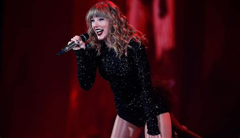 Taylor Swift Ripping Off Her Fake Eyelashes in Concert Is ...