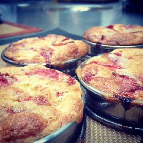 tarte 224 la rhubarbe et fraise cr 232 me d amande le de cyril lignac