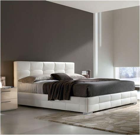 decoration des chambres a coucher idée déco chambre a coucher lits rembourrés pour un look
