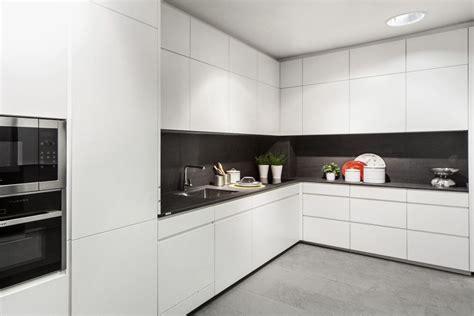 cocina lacada blanca  porcelanico gris cocinas coeco