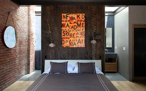 revetement plafond chambre suite parentale déco originale avec lambris brun en tête