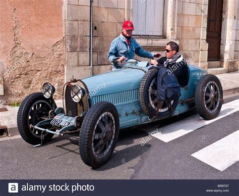 alten bugatti type  racer auf oeffentlichen strassen