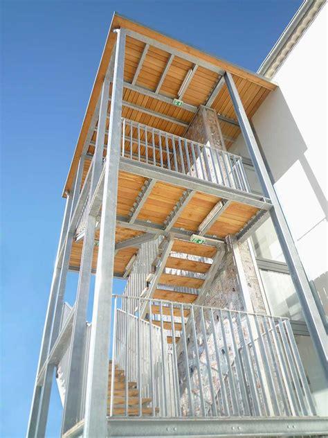 maison du livre de l image et du c cube maison des m 233 tiers du livre forcalquier escalier coursives garde corps et bardage