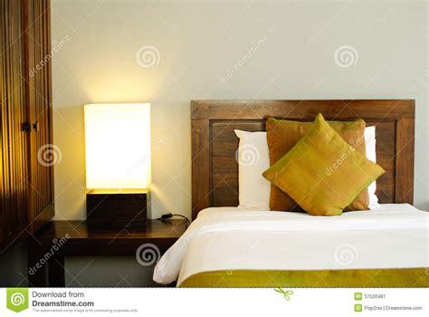 dans chambre d hotel lit dans une chambre d 39 hôtel la nuit photographie stock