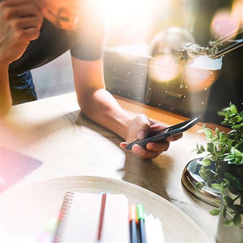 Ellos poseen una plataforma de inteligencia artificial que permite a terceros crear asistentes, con un lenguaje natural para apps y servicios, por lo que se rumorea que el galaxy s8 tendrá su asistente de ia y ya datos. Conoce Bixby: el asistente virtual de Samsung - holatelcel.com