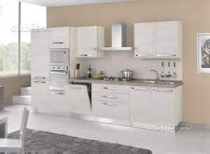 Cucina moderna con anta a saponetta mobilturi fiores mobili