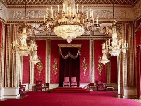 d 233 couvrez la garde robe de la reine 224 buckingham palace bealondoner