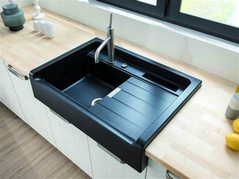 evier de cuisine noir évier noir encastré dans plan de travail en bois kitchen