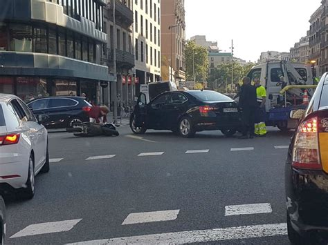 Un Uber Vtc Se Lleva Una Moto Por Delante En La Calle Balmes