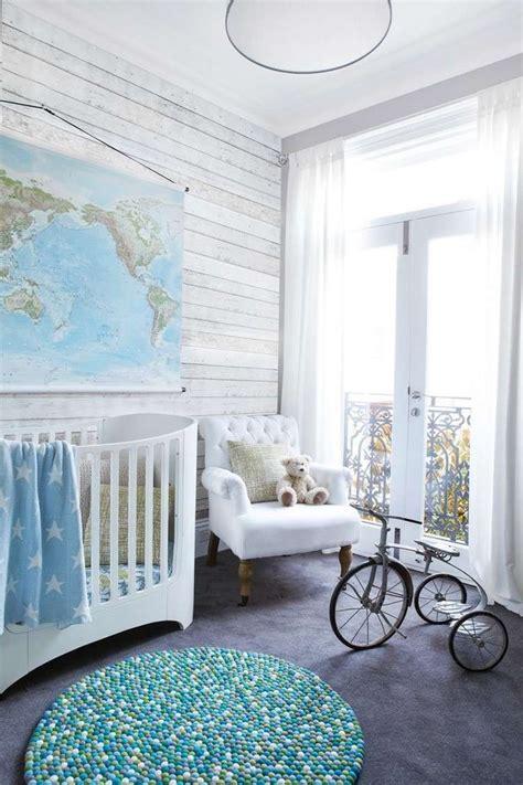 baby im schlafzimmer der eltern ideen babyzimmer f 252 r junge graue tapeten mit holzoptik