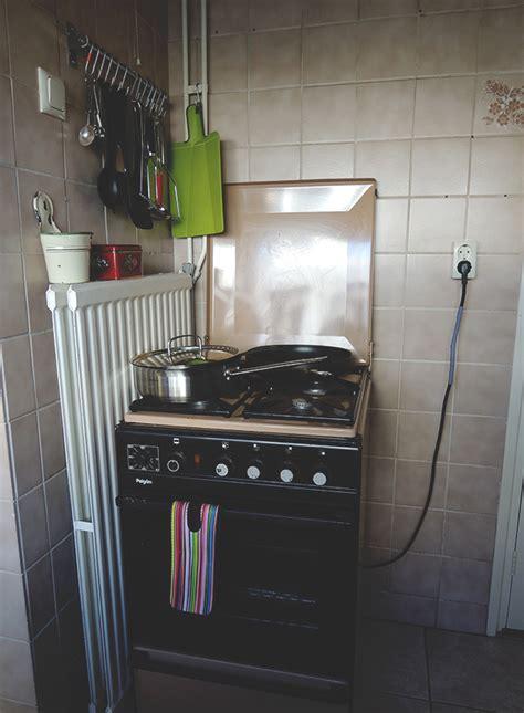 gaskookplaat naast koelkast koelkast naast gasfornuis