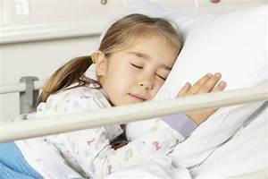 Lit Jeune Fille : jeune fille endormie dans le lit d 39 h pital photo stock image 55894123 ~ Teatrodelosmanantiales.com Idées de Décoration
