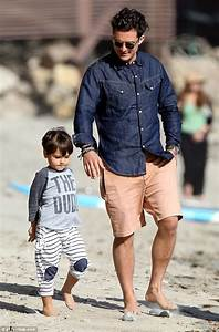 Orlando Bloom carries son Flynn on his shoulders | Daily ...