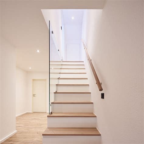 treppenstufen einbauschrank glas gelaender treppe