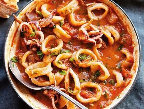 Berawal dari saus khusus, bernama gulouyuk dari bahasa kanton, untuk disiram ke daging goreng tepung. Resep Cumi Asam Manis Pedas Bumbu Simple a la Resto