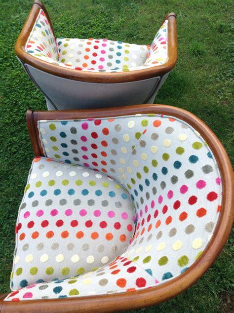 siege tonneau relooking fauteuils tonneaux à pois multicolores dans l