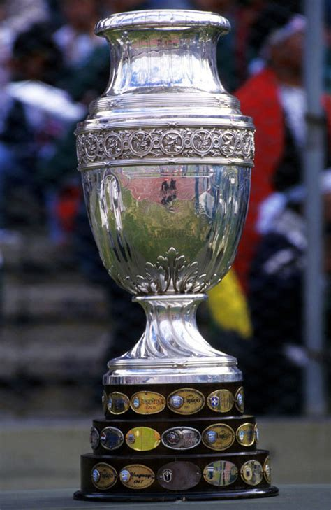 la copa america el trofeo esta decorado en plata  pesa