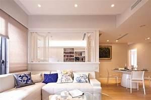 Spot Plafond Salon : meubles blancs et bois blond dans un appartement moderne ~ Edinachiropracticcenter.com Idées de Décoration