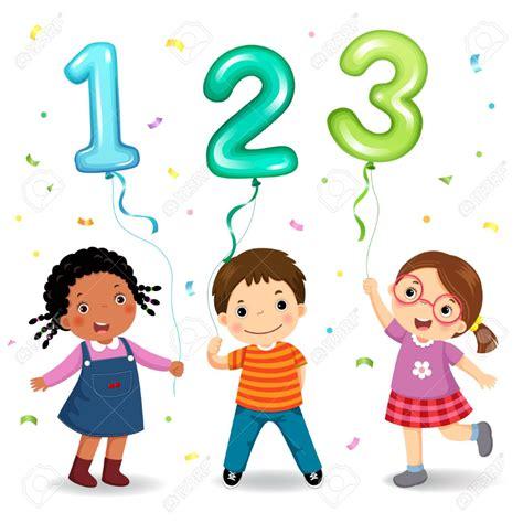 Niños de dibujos animados con globos en forma de número