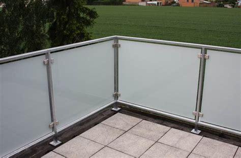 balkongeländer aus glas balkongel 228 nder aus feuerverzinktem vierkantrohr und