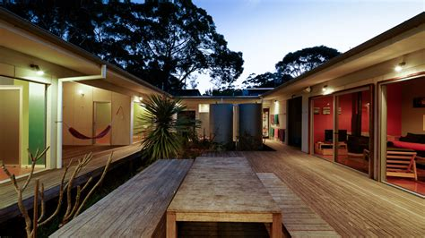 small vacation home wraps  large private courtyard