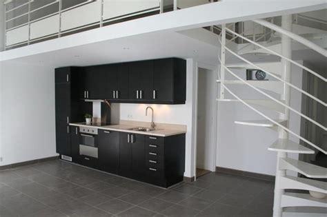 meuble cuisine noir cuisine ouverte meuble noir et plan de travail blanc