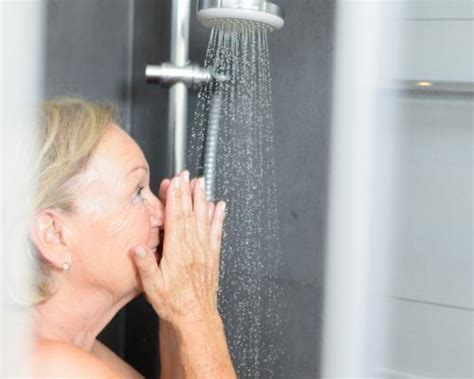 How To Shower After Acl Surgery - knee replacement surgery patients may return to showering