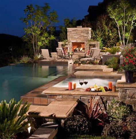 une cheminee dexterieur design pres de la piscine le