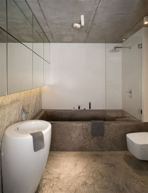 stoere badkamer met vloer plafond en bad van beton