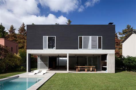 arsitektur rumah minimalis dengan fasad beton yang sejuk