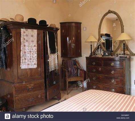 antike eiche eckschrank und kommode im schlafzimmer mit