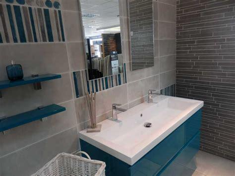 salle de bain turquoise et marron