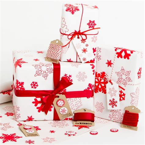 gift wrapped christmas presents xmaspin