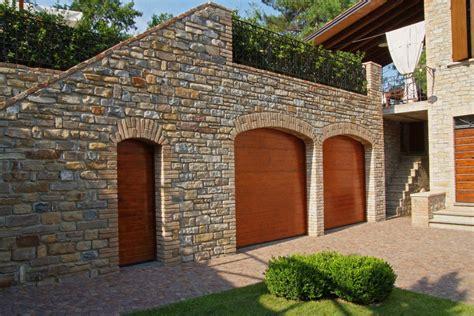 portone sezionale portone sezionale e porta laterale in legno massiccio