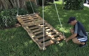 Lit Exterieur Jardin : il fixe 2 palettes de bois ensemble et y attache une corde ~ Teatrodelosmanantiales.com Idées de Décoration