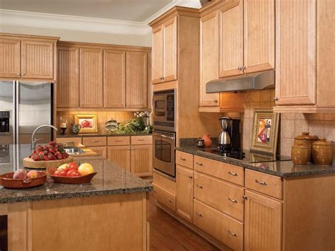 Hampton II Maple Honey. Kitchen Design and Cabinets by