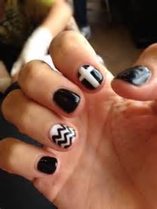 Nail art gel black and white cheveron print cross