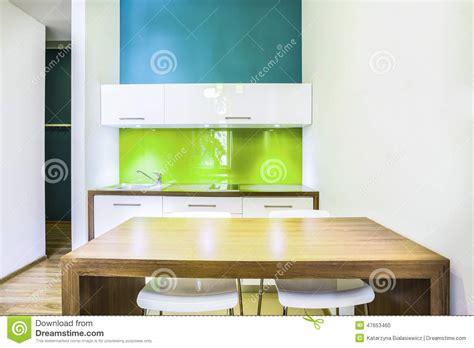 kitchenette verte dans la chambre d 39 hôtel photo stock