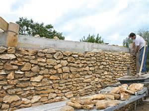 Comment Poser Une Baignoire Contre Un Mur by Fabriquer Un Mur De Cl 244 Ture En Pierres Maison Travaux